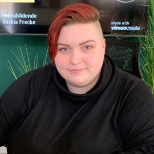 Azubi Saskia Frecke am Bürotisch in der Filiale